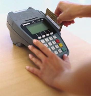 person_swiping_credit_card_to_machine_75677492_full